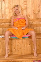 Bonde Yasmine Gold warms up her sauna with her hot body